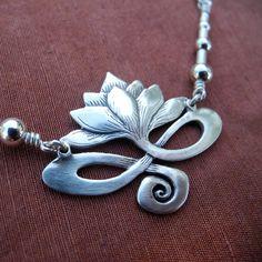 Collar Lotus  plata por BobsWhiskers en Etsy