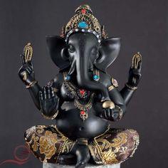 Ganesh noir, Ganesh le dieu à tête d'éléphant, est une divinité hindoue très populaire en Inde. Il est le fils de Shiva et Parvati. Ganesh est celui qui efface les obstacles de la vie. Il est le dieu de la sagesse et de l'intelligence.