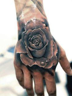 tatuaże 3d róża na dłoni