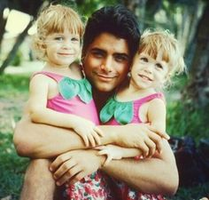 John Stamos With Mary Kate & Ashley Olsen. Also today is Mary Kate & Ashley Olsen's birthday 🎂! Tio Jesse, Uncle Jesse, John Stamos Young, Full House Cast, The Paperboy, Michelle Tanner, Paddy Kelly, Mary Kate Ashley, Fuller House