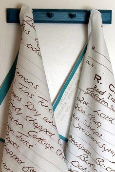 Emma Jeffery van het blog Hello Beautiful gebruikte de handgeschreven recepten van haar grootmoeder voor het bedrukken van een paar unieke theedoeken.