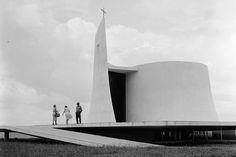 Oscar Niemeyer - Architecture - The church, near the presidential palace in Brasilia. The church is connected to the building by an underground tunnel. Sacred Architecture, Religious Architecture, Church Architecture, Futuristic Architecture, Architecture Details, Oscar Niemeyer, Architecture Organique, Modern Church, Church Design