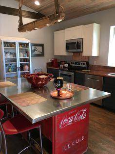 New kitchen retro coca cola ideas Kitchen Themes, Kitchen Decor, Kitchen Art, Coke Crate Ideas, Patio Table Umbrella, Coca Cola Cooler, Coke Machine, Coca Cola Decor, Coca Cola Kitchen