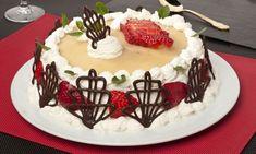 Bruno Oteiza prepara una deliciosa receta de tarta de fresas con nata. Esta tarta se compone por capas de bizcocho borracho, fresas maceradas, crema chantilly y pasta de almendras,