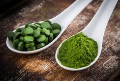 chlorella and spirulina in spoons