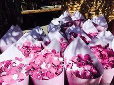 Conos de confeti para tu boda  #wedding #bodas #boda #bodasnet #decoración #decorationideas #decoration #weddings #inspiracion #inspiration #photooftheday #love #beautiful #rice #confetticones #ricecones Gift Wrapping, Love, Gifts, Beautiful, Confetti Cones, Window, Gift Wrapping Paper, Presents, Amor