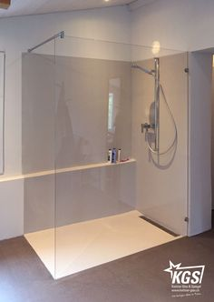 Duschtrennwand aus ShowerGuard-Glas mit schlichten Glashaltern (Beschlägen) und Stabilisationsstange montiert.