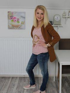 Kelly van de blog Kelly Caresse   Culture shirt van zijde met gouden pailletjes Gsus jeans The Rosa  #kellycaresse #blogger #fashionista #girl #cute #spring #lente #summer #zomer #roze #blauw #pink #blue #silk #jeans #denim #spijkerbroek #culture #gsus #slimfitjeans #mode #kleding #shoppen #shopping #webshop #clothing #fashion #inspiratie #inspiration #moderood #moderoodblog