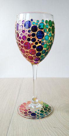 Hand painted wine glass with rainbow multi colored bubbles design Bicchiere da vino arcobaleno Multi festivo bolle colorate modello mano … Wine Glass Crafts, Wine Bottle Crafts, Bottle Art, Colored Bubbles, Rainbow Bubbles, Rainbow Glass, Diy Wine Glasses, Hand Painted Wine Glasses, Wine Glass Designs