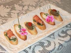 Composizione di bruschette con crema leggera di gorgonzola, mousse di speck, caviale di melanzane