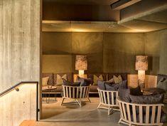 Die Lounge bei uns im Forsthofgut mit Spa-Bibliothek bietet Erholung für Ruhesuchende und  sind Rückzugsorte für Momente der Ruhe und des Krafttankens. Vollständig mit Holz ausgekleidet und von Tageslicht durchschimmert, entführt der Ruheraum waldSTADL in die sommerliche Landidylle. Auf der waldSPA Dachterrasse gibt es ebenfalls gemütliche Ecken für das süße Nichtstun. Lounge Design, Bar Lounge, Hotel Lounge, Spa Design, Lounge Seating, Bar Interior Design, Restaurant Interior Design, Home Interior, Cake Inspiration