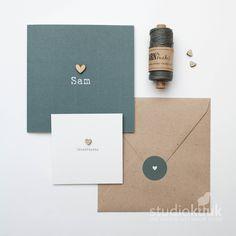 Strak geboortekaartje met houten hartje_kraamfeest kaartje_sluitsticker_donker grijs_geboortehuisstijl jongen #www.studiokuuk.nl