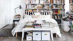 Schlafzimmer mit kuscheligem Bett und Regalen, u. a. mit TARVA Bettgestell in Kiefer, 3-teiligem OFELIA VASS Bettwäsche-Set weiß, BILLY Büch...