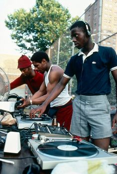Artist Henry Chalfant Photographed Graffiti and Hip Hop Culture in the Bronx Arte Hip Hop, Hip Hop Art, Ropa Hip Hop, Estilo Hip Hop, Graffiti, 80s Hip Hop, The Get Down, Hip Hop Fashion, 2000s Fashion