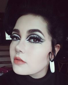 WEBSTA @ mollie_lizabeth - Edie inspired eyes and a big beehive today 😊 Mod Fashion, Vintage Fashion, Edie Sedgwick, 60s Mod, 1960s, Halloween Face Makeup, Beehive, Instagram Posts, Inspiration