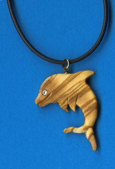Delphin aus Olivenholz mit Swarovskikristall