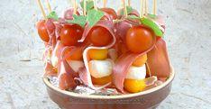 Un mélange de sucré/salé avec des fruits, du fromage et du jambon. Des brochettes ultra fraîches, idéales pour un apéro avec les grosses chaleurs. J'en avait fait 18, elles ont eu un succès énorme. Menu, Fruit Salad, Vegetables, Simple, Birthday, Food, Anime, Skewers, Salads
