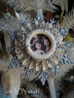 This would be awesome using a family photo. I think the star is one of the dollar store stars? Victorian Christmas Ornaments, Handmade Christmas Decorations, Christmas Ornaments To Make, Noel Christmas, Christmas Projects, Holiday Crafts, Christmas Mantles, Vintage Ornaments, Vintage Santas