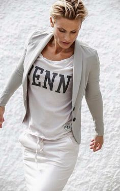 witte spijkerbroek met grijs colbertje