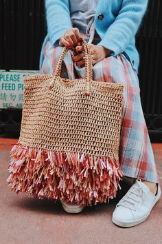 I recently stumbled upon a gorgeous raffia bucket bag and fell in love. Raffia, fringe, and straw bags? It's a trifecta of summertime DIY goodness. So, in an effort to get ahead of your… Jute Bags, Boho Bags, Basket Bag, Summer Bags, Knitted Bags, Crochet Fashion, Handmade Bags, Straw Bag, Purses And Bags