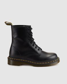 Doc Martens have been in style for almost 60 years, discover what made them so popular. We also discuss how to wear them in style! Botas Doc Martens, White Doc Martens, Doc Martens Style, Doc Martens Outfit, Dr. Martens, Outfit Botas Negras, Botas Grunge, Shoe Company, Designer Boots