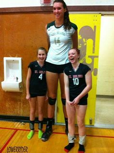photos of tall women and girls Giant People, Tall People, Short People, Women Volleyball, Volleyball Players, Human Oddities, Tall Guys, Tall Women, Athletic Women