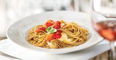 Linguine cu mozzarella si rosii cherr- In sezonul calduros mancarea pe care o consumam trebuie sa fie echilibrata, usoara si neaparat gustoasa. Va invitam sa descoperiti o noua reteta de pe meleagurile mediteraneene: Linguine cu mozzarella si rosii cherry. Linguine, Mozzarella, Spaghetti, Pizza, Ethnic Recipes, Food, Meals, Noodle