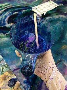 Une artiste superpose de la résine et de l'acrylique pour créer un dessus de table psychédélique