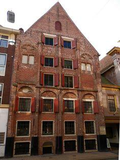 Het Gotisch Huis is een van de oudste panden in de stad Groningen. Het pand in de Brugstraat geldt als het oudst bewaard gebleven woonhuis in de stad.