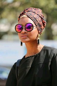 Animal print is always in season. A little black dress accessorized with bold earrings, turban and sunglasses. Style Turban, Hijab Style, Bad Hair Day, My Hair, Turban Mode, Turban Hijab, Skin Girl, Head Band, African Head Wraps