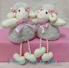 As ovelhas são adoráveis... não dá pra ver e ficar sem dar um apertão (rsrsrsrs). São perfeitas para serem usadas em nicho de quarto de bebê e porta maternidade. Medem 14 cm sentadinha (fora as pernas) - Tamanho total de 23cm