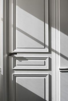 The beauty of a classical door. Apartment Victor Hugo by Guillaume Alan. The beauty of a classical door. Apartment Victor Hugo by Guillaume Alan. Design Despace, Door Design, Entrance Design, Contemporary Doors, Modern Door, Contemporary Design, Panel Doors, Windows And Doors, Apartment Door