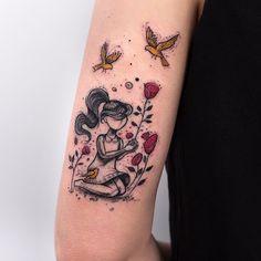 Tatuagem de menina colhendo flores com passarinhos em volta criada por Rob Carvalho de São Paulo.