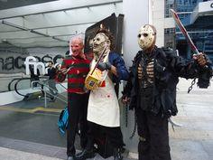 """Campanha de pré-estreia do filme """"O massacre da Serra Elétrica"""" em São Paulo no FNAC. A ideia inicial era apenas o Leatherface na frente no Fnac, porém com a divulgação da notícia de que ele iria etar lá, chegaram dois fãs fazendo cosplay de Freddy e Jason, o que foi um prato cheio para o marketing que organizou isso."""