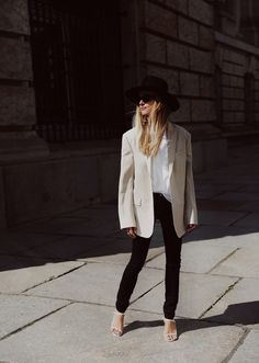 Janessa Leone hat, Céline sunglasses, The Row sandals. Via Mija Moda Minimal, Street Style Outfits, Summer Blazer, Beige Blazer, Turban Style, Blazer Outfits, Minimal Fashion, Daily Fashion, Ideias Fashion