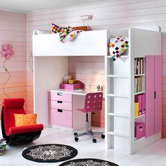 Lastenhuone, jossa valko-roosa STUVA-parvisänky/työpöytä/vaatekaappikokonaisuus.