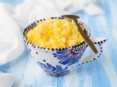 Kasza jaglana na mleku z jabłkami i cynamonem  3/4 szklanki kaszy jaglanej 400 ml mleka (można zastąpić wodą lub mlekiem ryżowym) 2 jabłka cynamon cukier lub miód  Kaszę przepłucz kilka razy gorąca wodą, aby nie była gorzka. Jabłka obierz i zetrzyj na tarce. Mleko zagotuj, dodaj do niego kaszę. Gotuj wszystko około 20 minut. Po 10 minutach wrzuć starte jabłka, dosłódź do smaku i posyp cynamonem.
