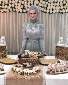 Kimseyi g rmedim ben senden daha g zel Hepinize G nayd nlar Foto raf kayd rarak gelinimin ni an masas n g rebilirsiniz Sizde benimle haz rlanmak isterseniz randevu i in 0 555 635 26 56 T rban Tasar m MakeUp meralpinarturbantasarim na tasar m rbantasar m Hijab Wedding Dresses, Disney Wedding Dresses, Hijab Bride, Hijab Gown, Hijab Evening Dress, Evening Dresses, Muslim Brides, Muslim Women, Hijab Fashion