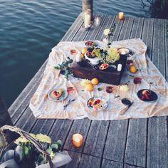 Pic nic de fin d'été au bord du lac, bougies et tartelettes, summer picnic