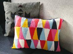 Habria que cambiar la manera de unir los triangulos DIY: harlequin crocheted cushion