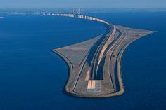 El #puente de Oresund, que conecta #Copenhague y la ciudad sueca de Malmö, parte bajo el océano. Vía Twitter @TapasDeCiencia #Ingeniería