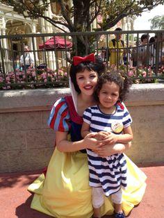 Con la adorable Blanca Nieves, nos la encontramos mientras esperábamos el desfile. #DisneyMagic #LaFamiliaCool