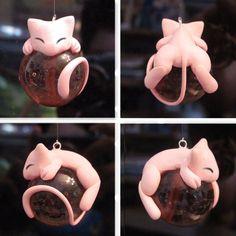 Ok, fazer um Mew tão perfeito assim é difícil. Mas e se você pegar aquela sua miniatura de pokémon e colar na bolinha de Natal?