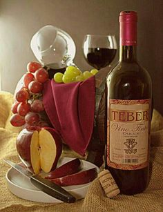 Un estudio británico reveló que el consumo de vino reducía en un 11% el riesgo de contraer infecciones por la bacteria Helicobacter Pylori, una de las pricipales causas del cancer gástrico, las úlceras y otros problemas estomacales. Dairy, Cheese, Food, Home Remedies, Studio, Health, Meal, Eten, Meals