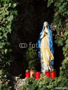 Statue der Heiligen Jungfrau Maria auf einem Friedhof in Markt Burgheim in Oberbayern