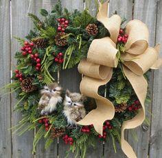 guirnaldas-de-navidad-corona-navideña-junípero-pino-piñas-muerdago-cinta-beige-buhos