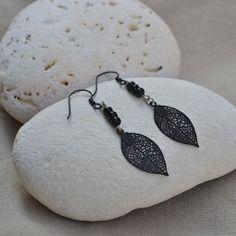 Boucles d'oreilles noires avec feuille filigranée et perles