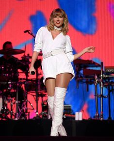 Taylor Swift Performs 'Christmas Tree Farm' for First Time at Jingle Ball 2019 - Watch!: Photo Taylor Swift is bringing the Christmas spirit to London! The entertainer took to the stage at Capital's 2019 Jingle Ball on Sunday night (December… Taylor Swift News, Taylor Swift Funny, Photos Of Taylor Swift, Taylor Swift Hot, Taylor Swift Clothes, Taylor Swift Dresses, Taylor Swift Concert, Katy Perry, Taylor Swift Vestidos