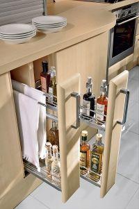 Úzké výsuvy široké 15cm pojmou lahve, ale také mohou skrývat praktický věšák na utěrky (kuchyně Nolte, ATELIER PEDRO)