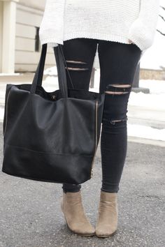 Ripped black jeans: http://www.stylemepretty.com/living/2015/03/13/10-weekend-essentials-for-every-season/ | Photography: Fashion Column Twins - http://fashioncolumntwins.com/